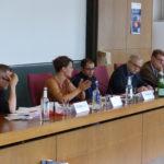 Foto der Podiumsdiskussion zu Menschenrechtsverletzungen in globalen Lieferketten